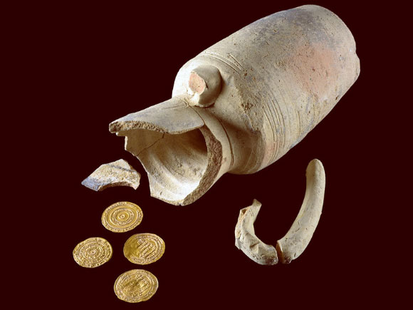 The 1,000-year-old juglet with found gold coins. Image credit: Dafna Gazit, Israel Antiquities Authority.