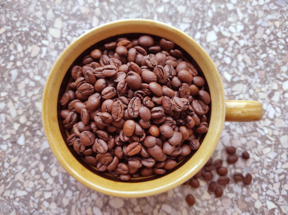 Pham et al. examined whether habitual coffee consumption is associated with differences in brain volumes or the odds of dementia or stroke. Image credit: Sci-News.com.
